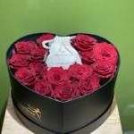 Composizione rose rosse in scatola con gioiello