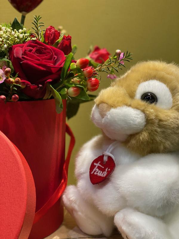 fiori freschi recisi e coniglietto trudi
