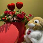 composizione fiori freschi san valentino con coniglietto trudi