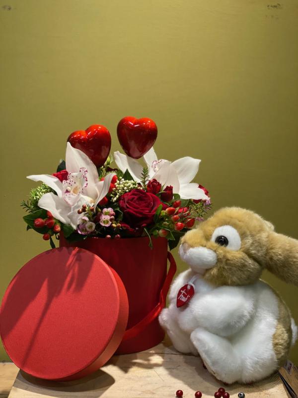 composizione con rose orchidea cuori e peluche trudi