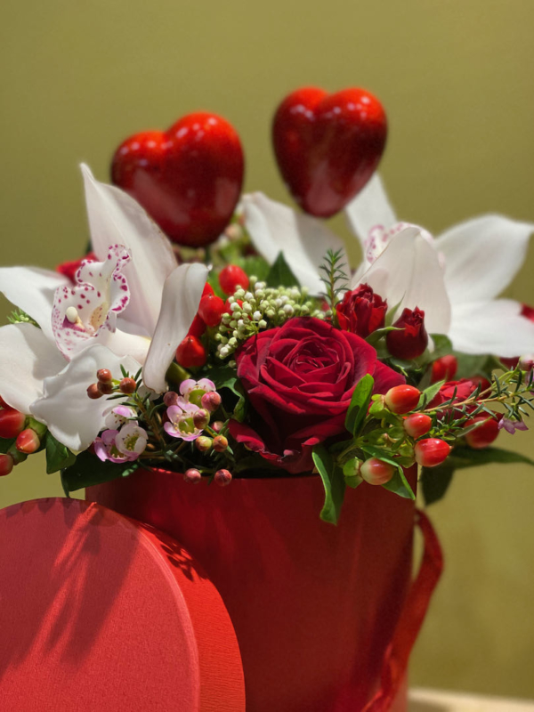 composizione rose rosse red naomi con orchidee
